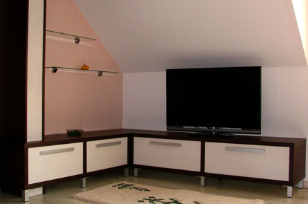 Skříňky v rohu, pod TV
