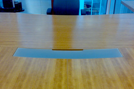 Vývod pro kabely v konferenčním stole
