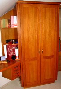Skříň a pracovní stolek v ložnici