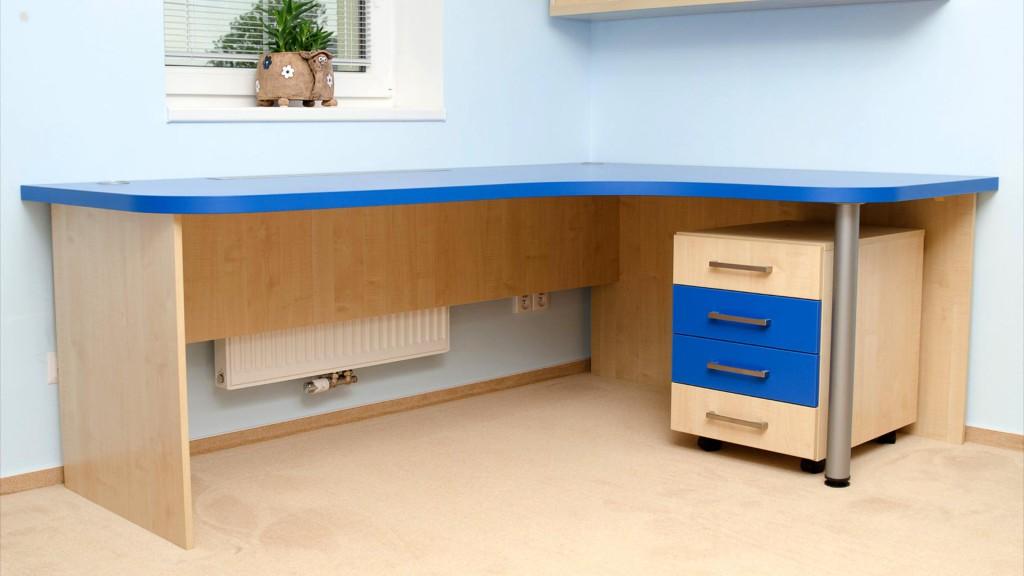 Dětský pokoj - stůl s modrou deskou