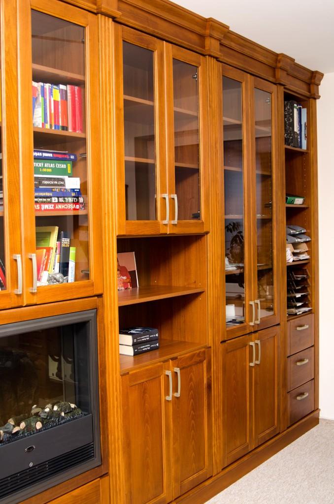 Knihovna s římsami a integrovaným krbem