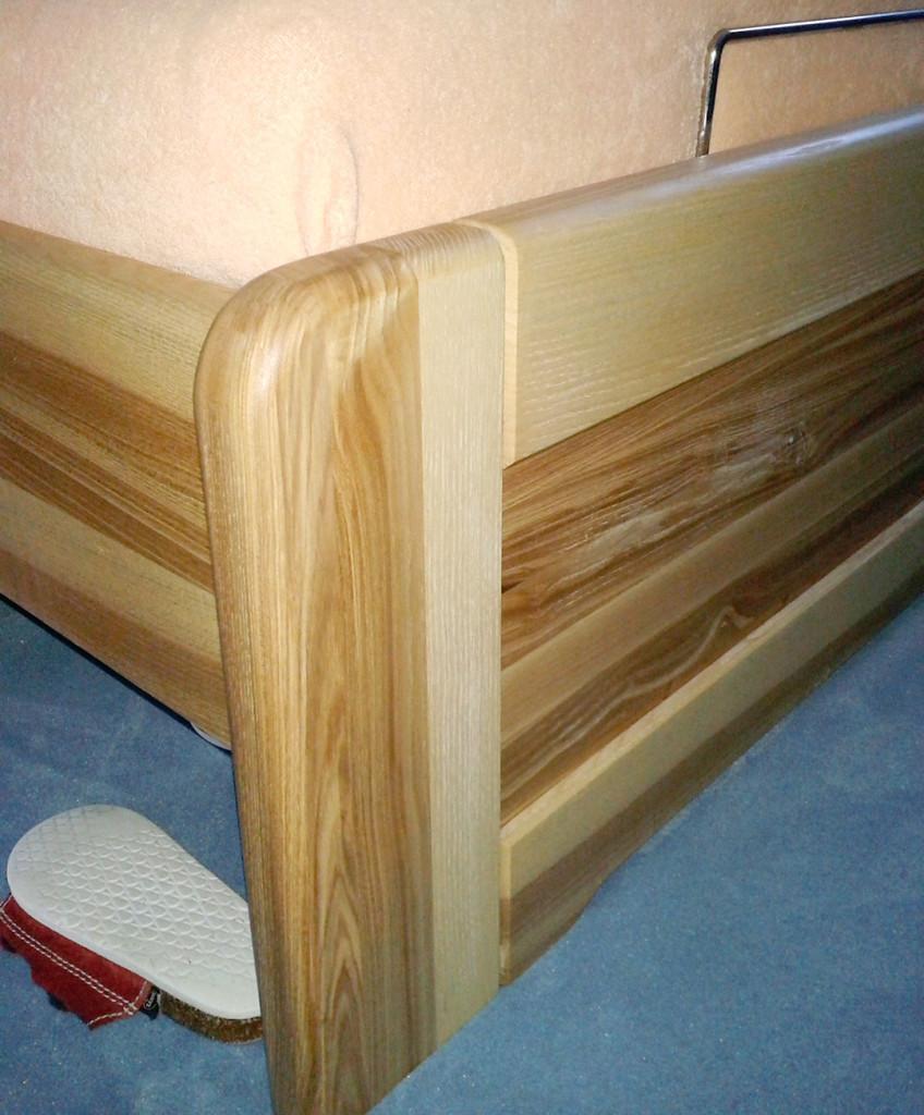 Detail postele z masivu