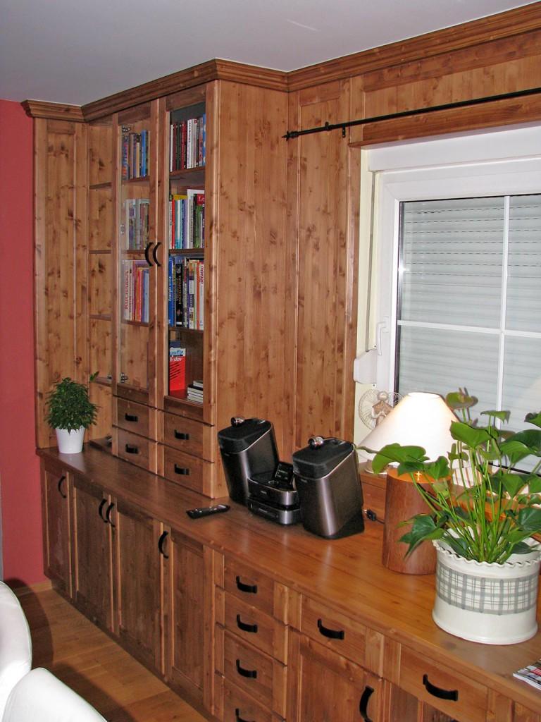 Knihovna navazující na obývací stěnu