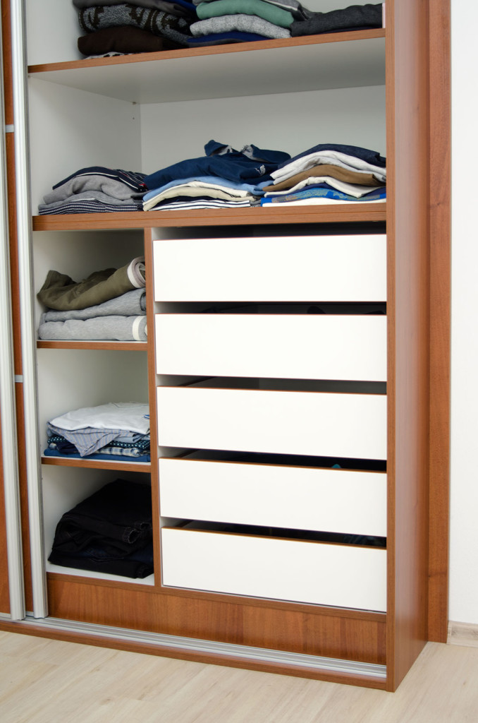 Vnitřní zásuvky ve vestavěné skříni