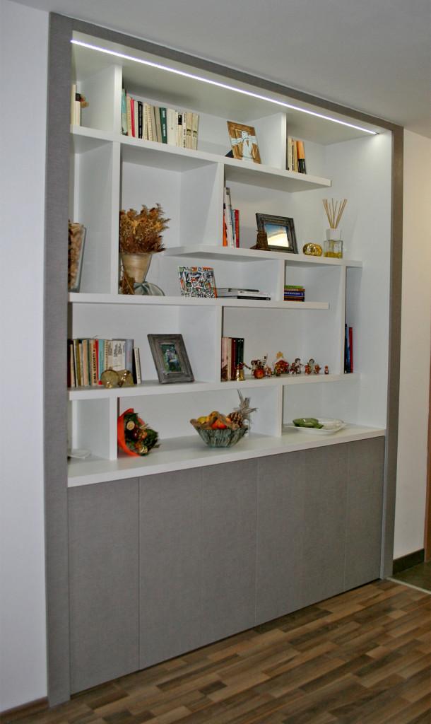 Knihovna s úložnými prostory ve výklenku