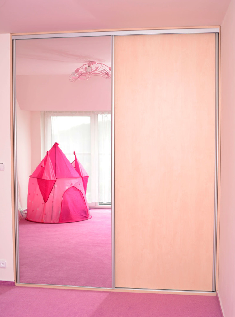 Skříň ve výklenku v dětském pokoji