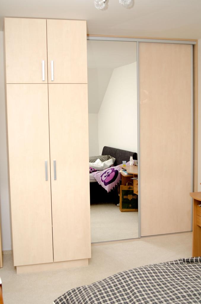 Šatní skříně s otvíracími i posuvnými dveřmi