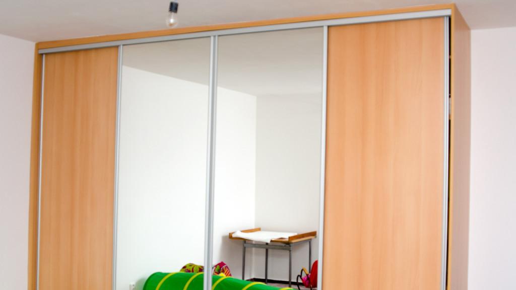 Vestavná skříň s posuvnými dveřmi a zrcadlem