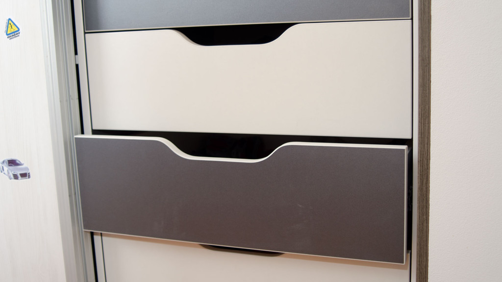 Vnitřní zásuvky s mističkou pro snadné otvírání