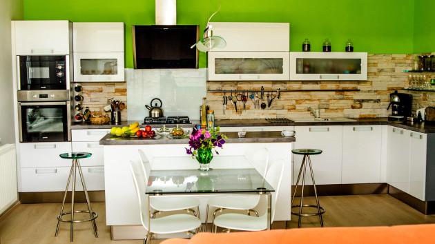 Kuchyň bílá vysoký lesk
