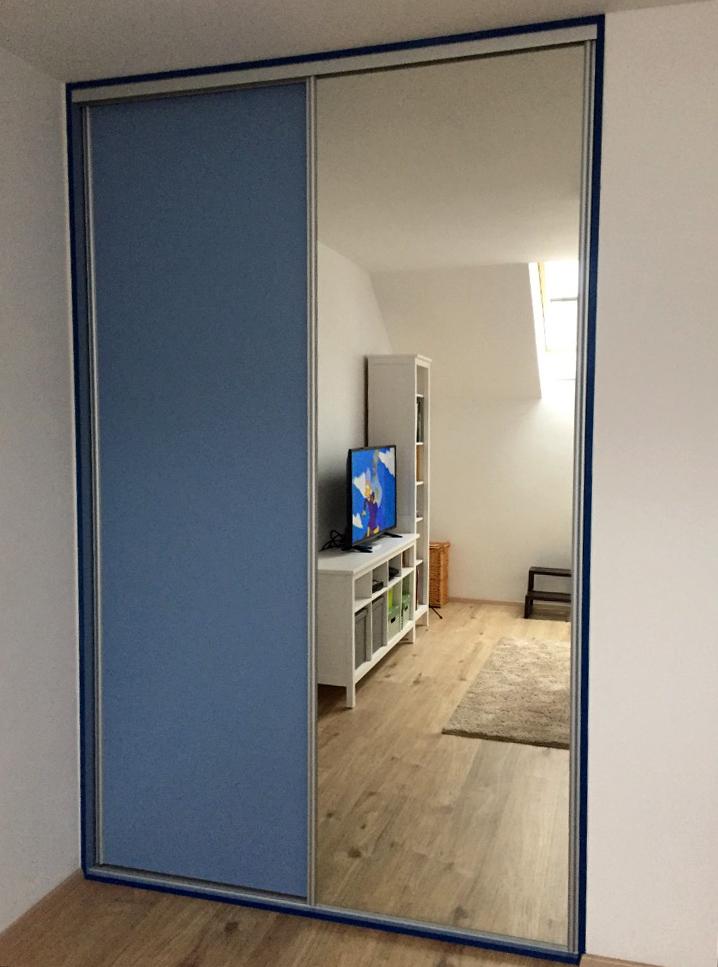 Vestavná skříň do chlapeckého pokoje v kombinaci modrého lamina a zrcadla