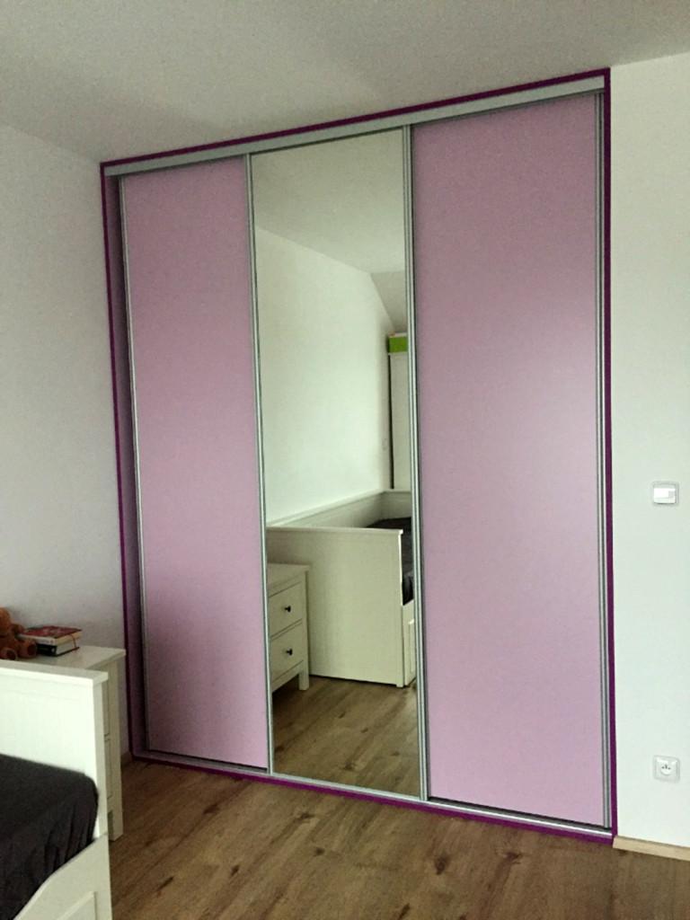 Vestavná skříň do dívčího pokoje v kombinaci růžového lamina a zrcadla