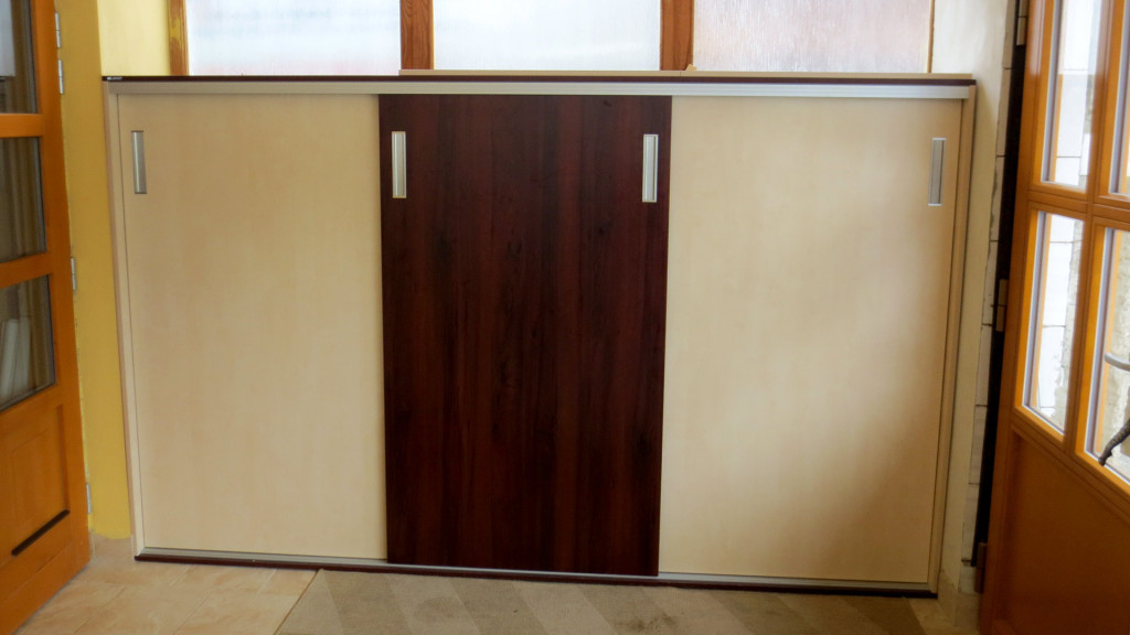Botník s posuvnými dveřmi a zafrézovanými úchyty