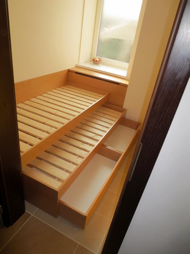 Buková postel s výsuvnou matrací pro hosta a úložným prostorem