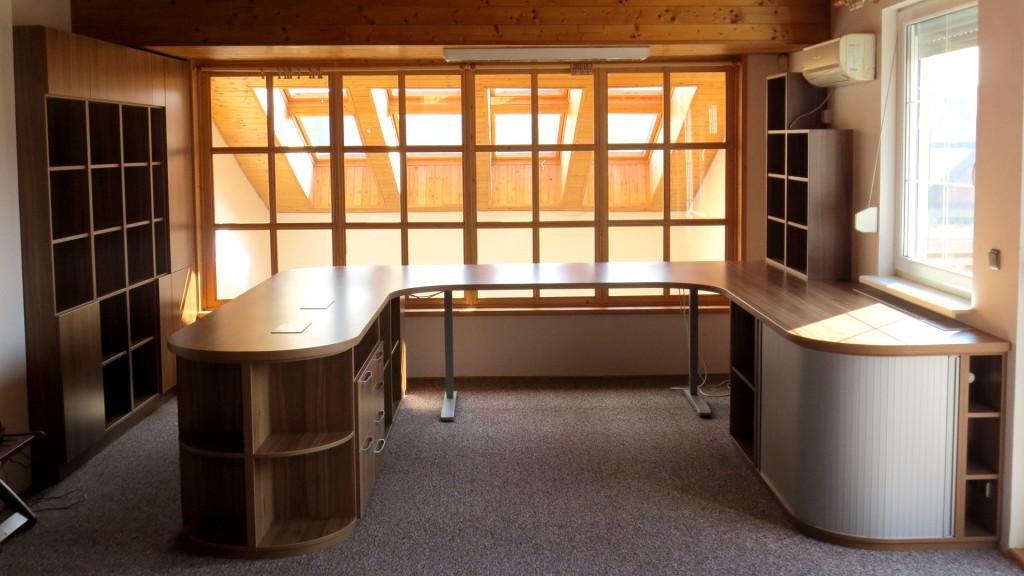 Pracovna se stolem do tvaru U a kulatými okraji