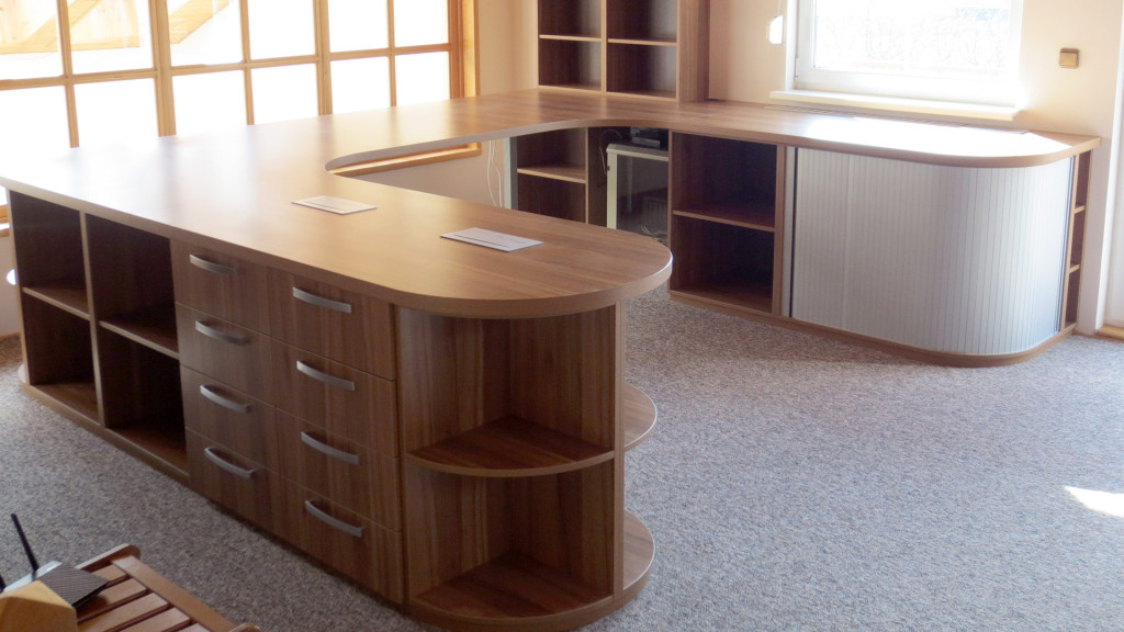 Pracovní stůl s oblouky, do tvaru písmene U