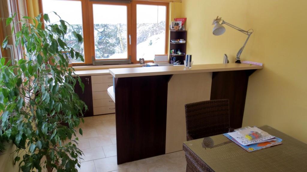 Pracovní stůl s pultem