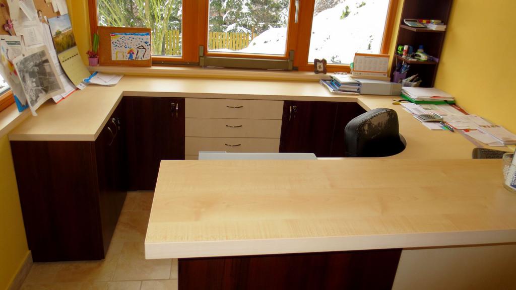 Stůl s oblým místem k sezení