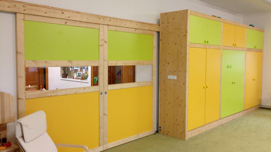 Posuvné dveře a skříň na lůžkoviny v MŠ