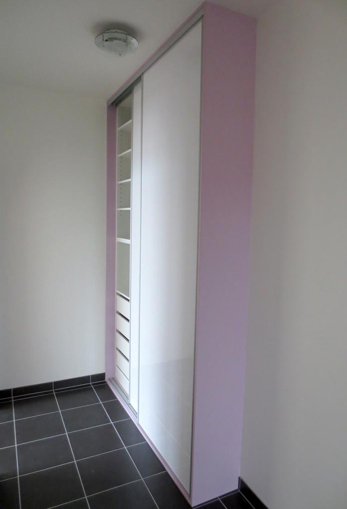 Skříň s posuvnými dveřmi a zásuvkami uvnitř