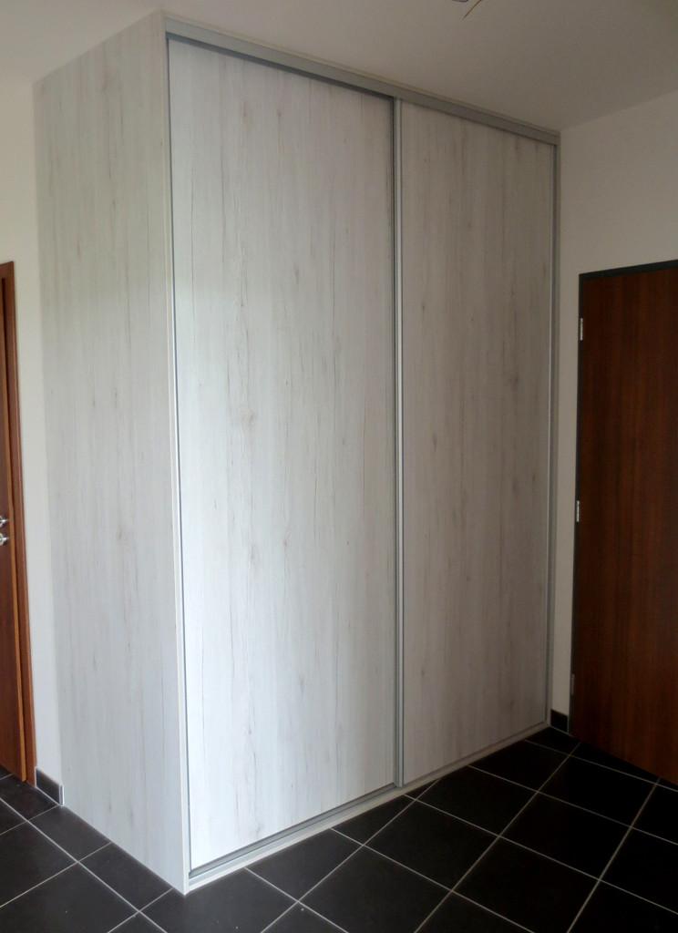 Skříň s posuvnými dveřmi