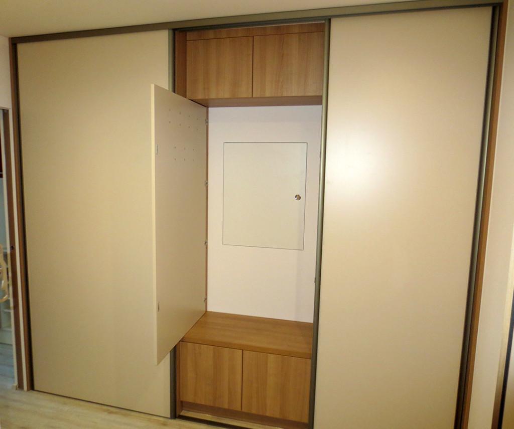 Chytrá skříň se sedákem, věšáky, posuvnými dveřmi a nejen to...