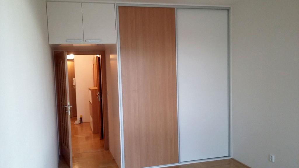 Vestavná skříň s otvírací skříňkou nad dveřmi