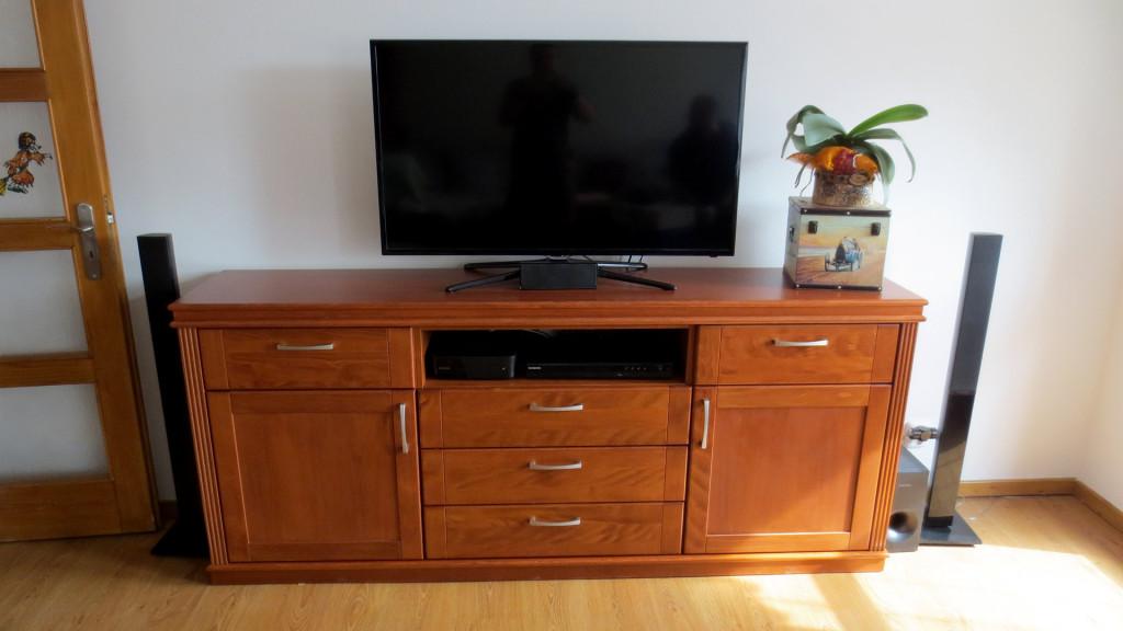 Skříňka pod TV z masivu