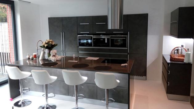 Kuchyň v imitaci betonu s pracovní deskou Technistone