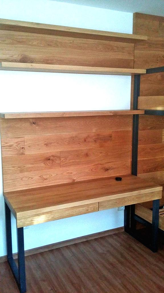 Stůl navazující na postel z kovové konstrukce a dubový obklad