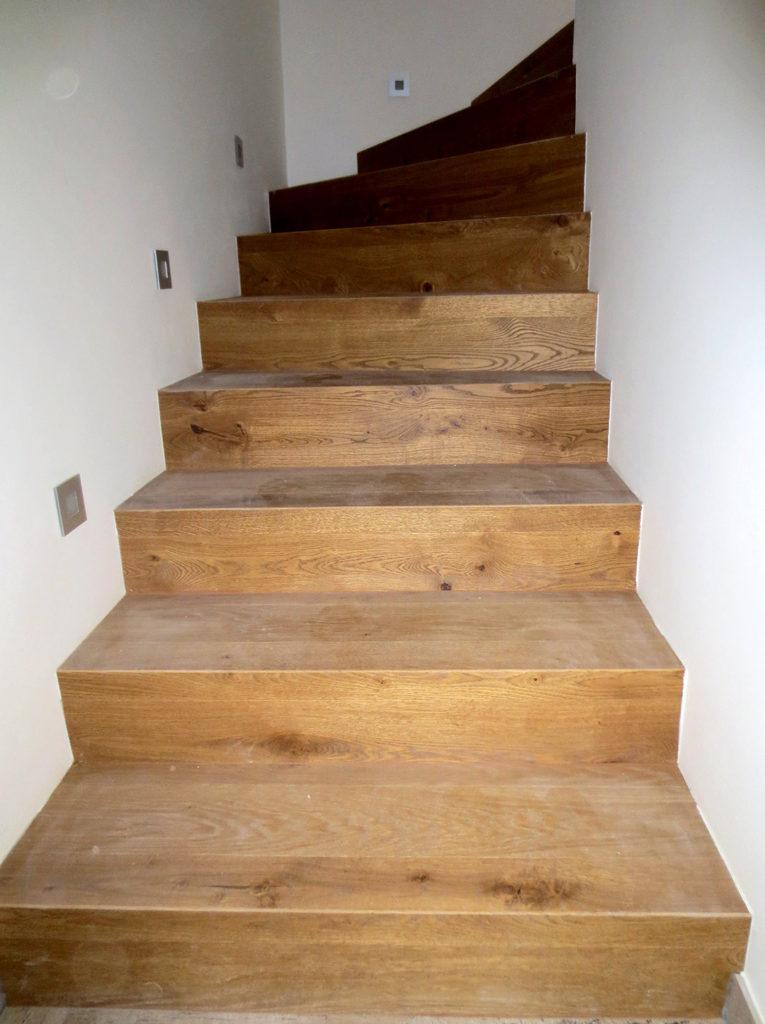 Obložení betonových schodů masivem s výraznou kresbou