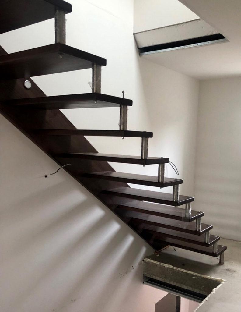 Otevřené schody s nerezovými prvky