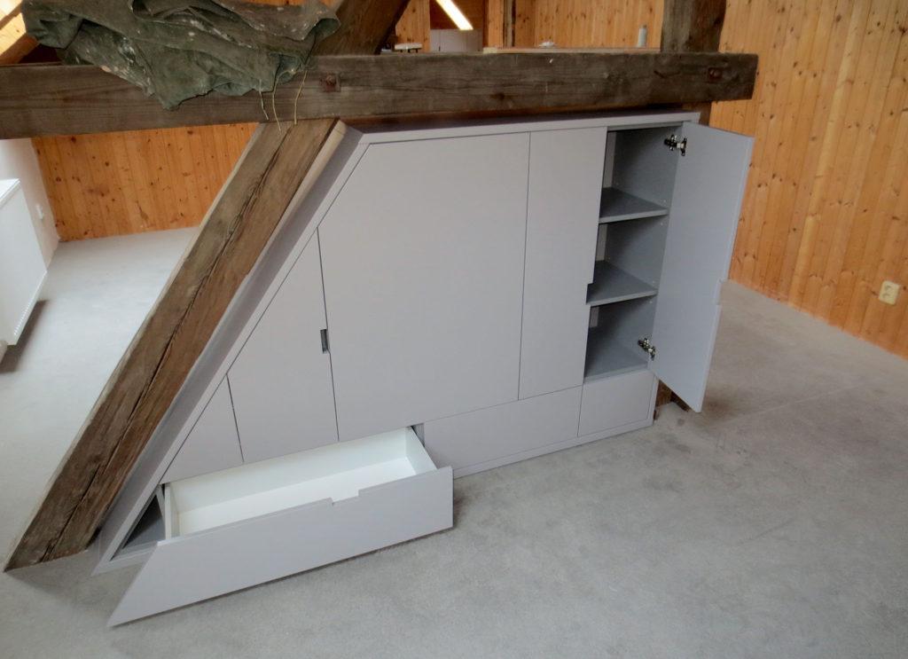 Úložná skříň pod šikmým trámem