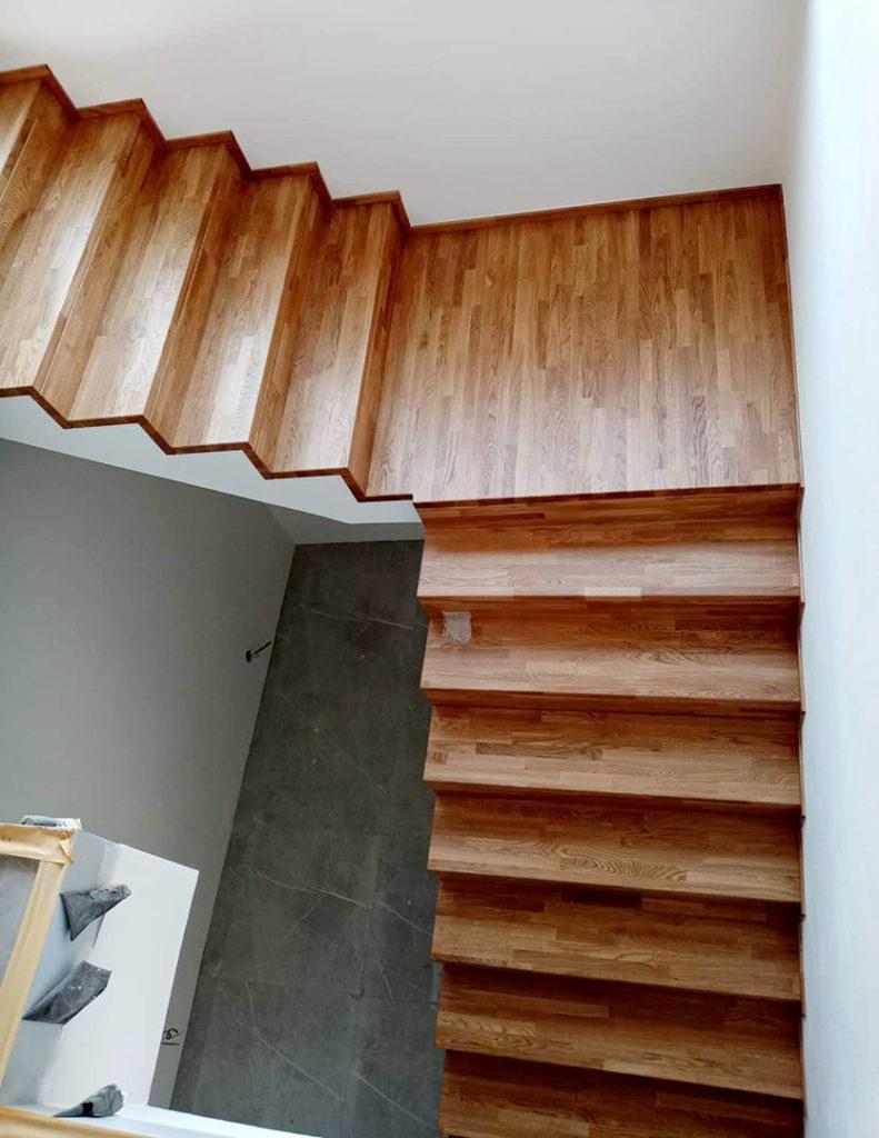 Obložení betonových schodů masivním dubem